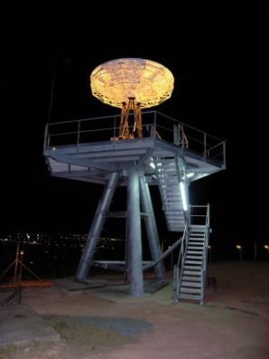 Les oreilles de Montabo. C'est à travers une antenne située sur le site CSG de la colline de Montabo à Cayenne que la station SEAS Guyane réceptionne directement les images des différents satellites. 7 mètres de haut, 10 tonnes, une parabole de 4,5 mètres actionnée par 6 vérins hydrauliques et disposée sur une dalle 100 tonnes : l'antenne financée à 75% par le Centre National d'Etudes Spatiales et le Centre spatial guyanais constitue un véritable lien entre l'espace et la terre. En temps réel, les satellites réalisent des acquisitions d'images et les retransmettent à cette antenne. Ensuite, une fibre optique  de 1500 mètres transporte les données à très haut débit jusqu'au centre de traitement situé dans les locaux de l'Institut de Recherche pour le Développement.