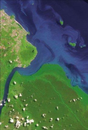 L'estuaire du Mahury (2007) à marée haute. En haut à gauche, la presqu'ïle de Cayenne, à droite les ilets de Rémire. Sur le rivage Est du fleuve Mahury, on distingue les vestiges du polder  Marianne.